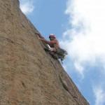 Arno grimpe la pure fissure de une gueule du Diable