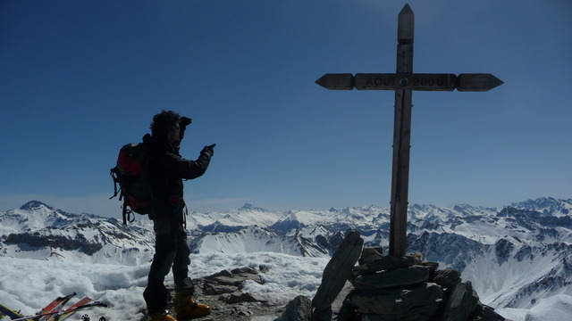 Tibo regarde le Queyras au sommet de Peyre Eyraute