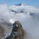 En arrière plan la Barre des Ecrins dans la brume