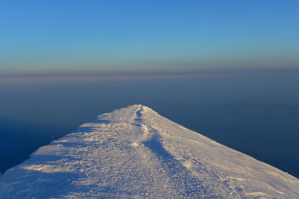 Le sommet dans les lueurs matinales