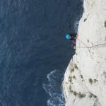 Escalade Calanques - Alicia aux prises avec les gouttes d'eau de rêve de pierre