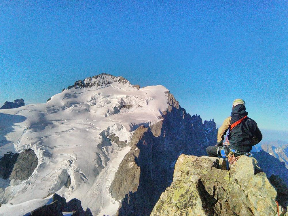 Stage autonomie alpinisme - Oisin au sommet de la Roche Faurio