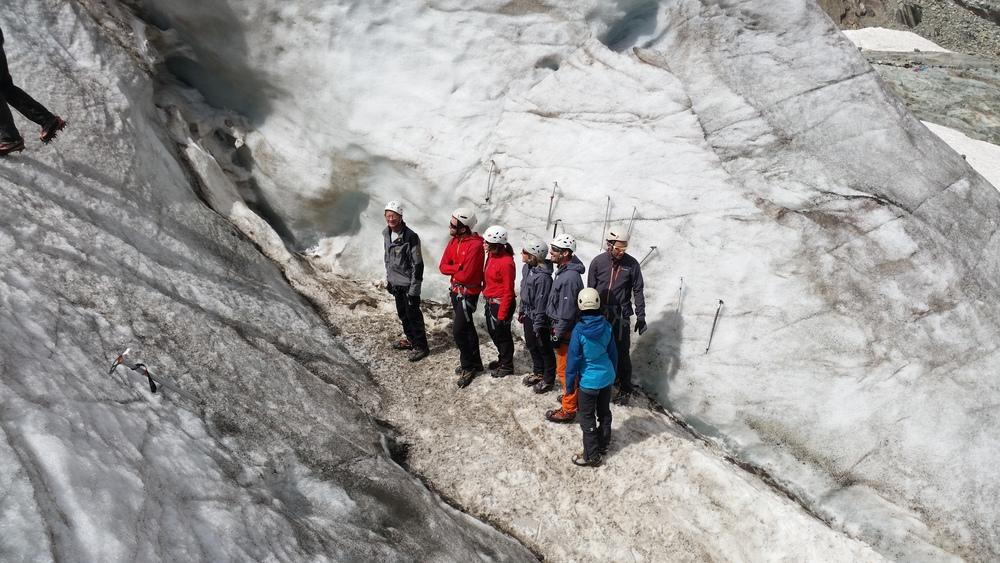 initiation alpinisme - Un groupe dans une crevasse