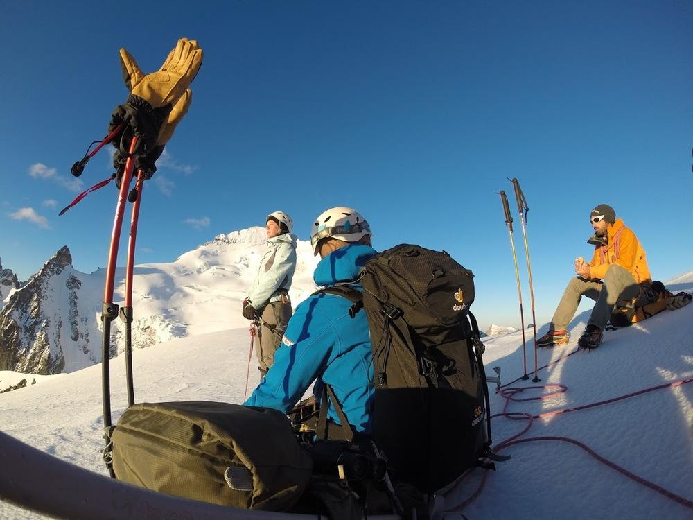 Initiation alpinisme - Pause au soleil