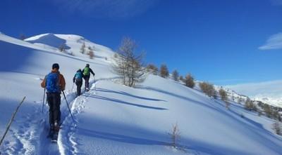 A la trace en ski de randonnée sur une crêt au dessus de Crévoux