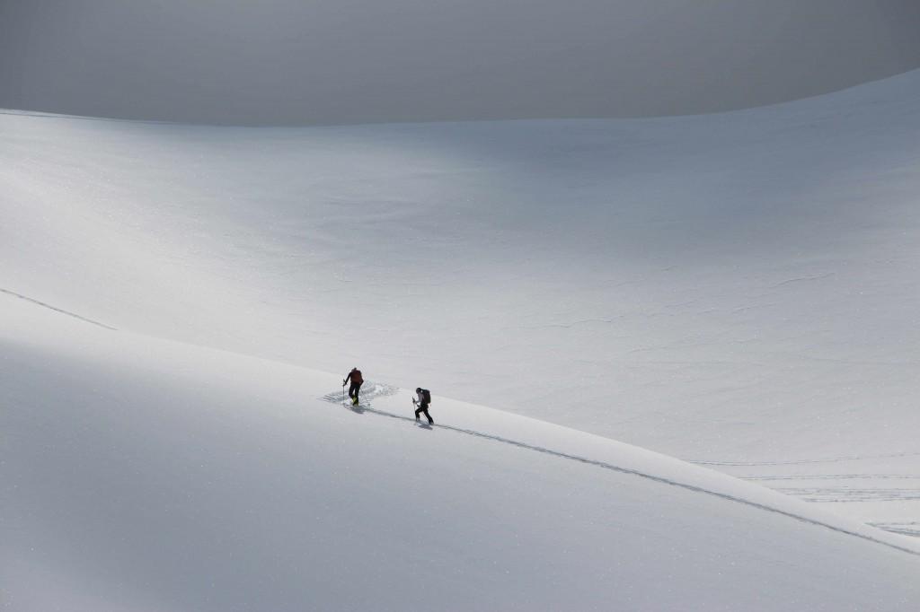 Une trace faites par deux skieurs dans une imensité blanche