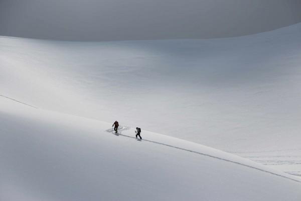 Deux skieurs tracent dans une immensité blanche! Mais où vont-ils?