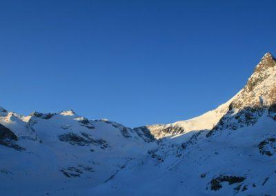 Raid ski Haute Maurienne - Premiers rayons de soleil sur la Petite Ciamarella et l'Albaron