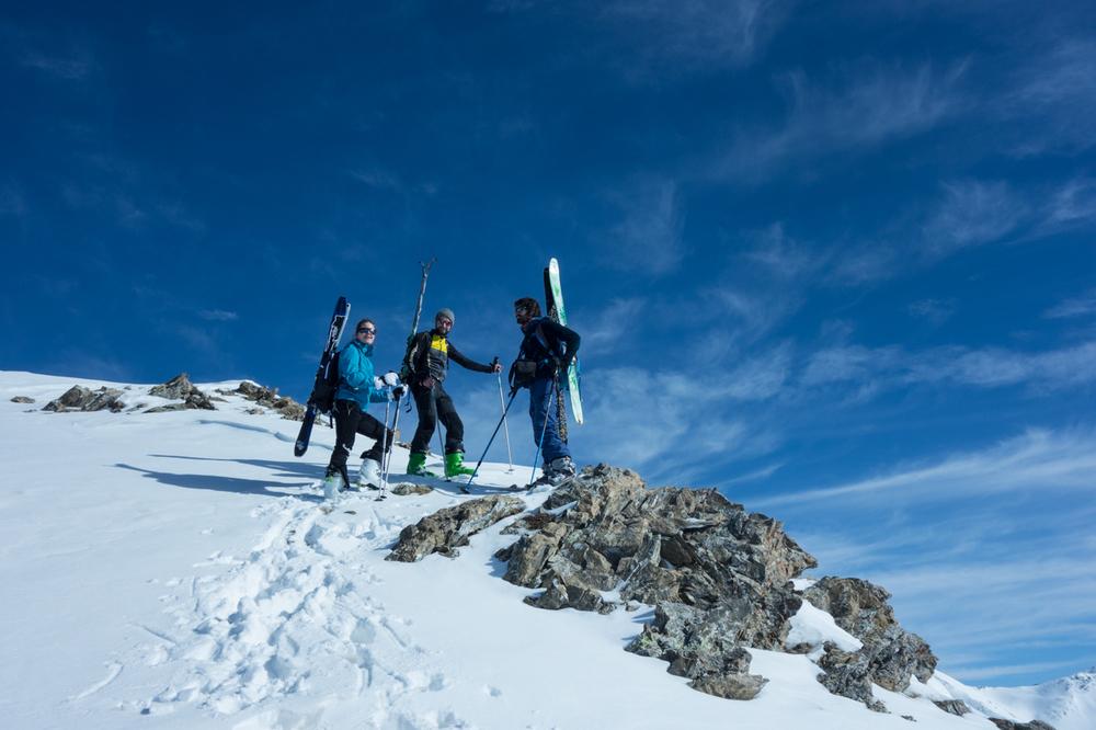Skis sur le sac pour le finish