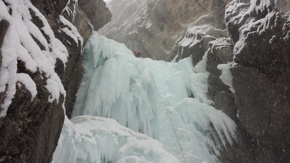 Cascade glace Ceillac - Forme du Chaos - Julien en tête dans la deuxième longueur