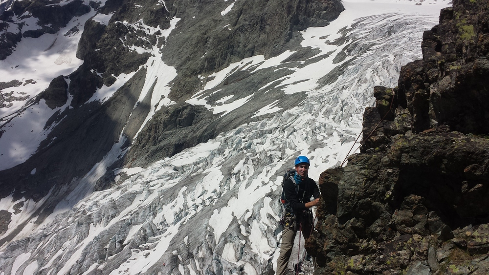 Stage autonomie - Pointe Estienne - PDB - Mathieu sur fond de glacier blanc