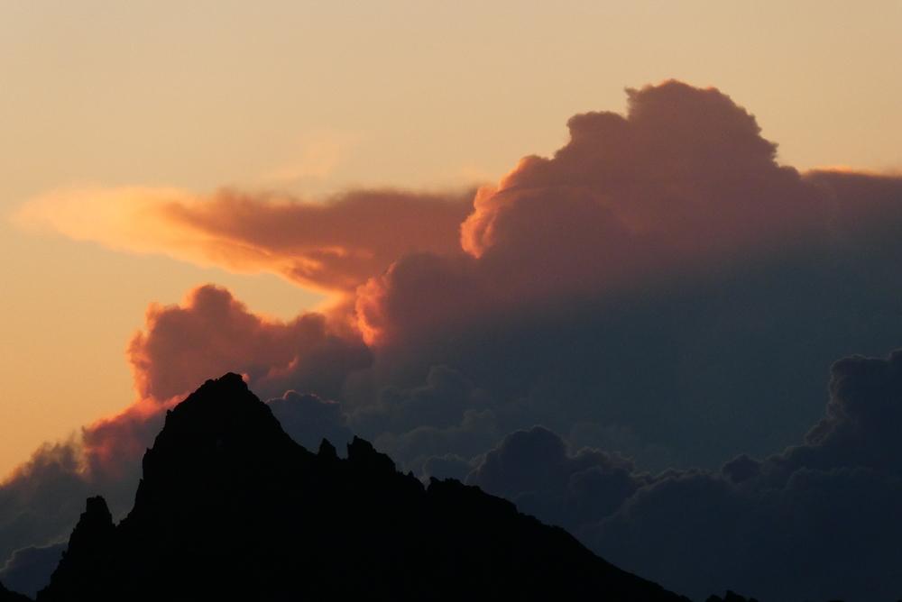 Pilier sud Barre Ecrins - Levant sur nuages italiens