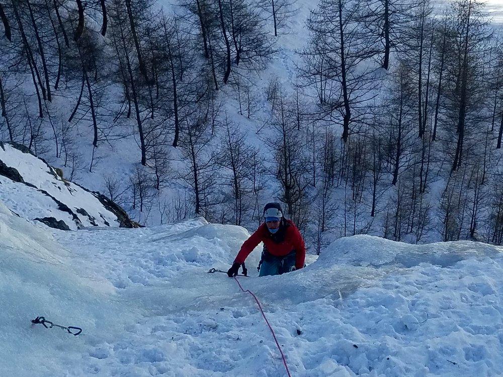Initiation cascade de glace - Paulo Folie - Louise dans la première longueur