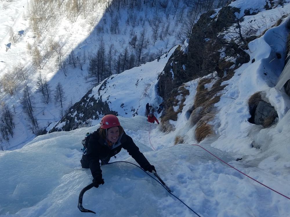 Initiation cascade de glace - Paulo Folie - Camille dans la deuxième  longueur